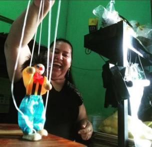 Una mujer con una marioneta