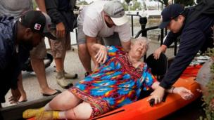 Dem dey move one woman wey dem rescue from boat to Kayak for Dickenson, Texas (27 August 2017)