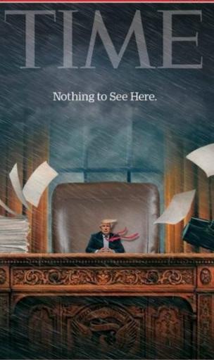 坐在办公桌前被缩小的特朗普