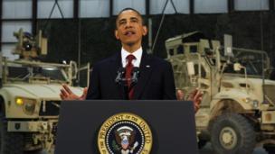 آقای اوباما در حال سخنرانی به نیروهای آمریکایی در پایگاه نظامی بگرام