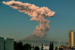 पोपोकेटपेटल ज्वालामुखी ने निकलता धुंए का गुबार.