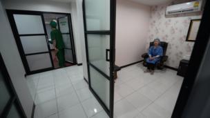 อัญชลี นั่งรอในห้องพัก ขณะที่แพทย์กำลังเตรียมความพร้อมก่อนทำการผ่าตัด