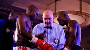 Mkenya Gabriel Otieno(Kulia) na Mtazania Fadhili Majiha wakipewa mawaidha kabla ya pigano lao la ukanda wa Africa kitengo cha Bantamweight.
