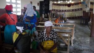 Raia wa Haiti wakiwa kanisani baada ya kuokolewa kutoka kwenye eneo lililo karibu na mto Grise kabla ya kuwasili kwa Kimbunga Mathew, Tabarre, Haiti,