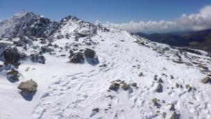 Mae'r llwybrau'n llithrig ar y ffordd i gopa'r Wyddfa // The paths are slippery on the way to Snowdon's summit