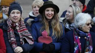 Bất chấp thời tiết lạnh, nhiều người dân Nottingham ở mọi lứa tuổi xuống đường chào đón Hoàng tử Harry và vị hôn thê Meghan Markle.