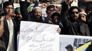 د پاکستان لاهور ښار اوسېدونکي په خپل هېواد کې د هندي الوتکو له بمبارۍ وروسته احتجاج کوي.