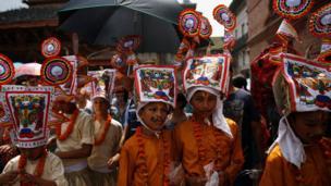 काठमाण्डू हनुमानढोका दरबार अगाडि गाईजात्रा। तस्वीर: नभेश चित्रकार, रोएटर्स