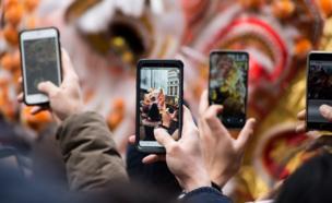 Gente fotografiando un dragón