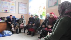 Чек арада чыр-чатактар ырбаган Көк-Таш айылынын ондогон тургуну Бишкекке келип президентке кайрылуу жасашты. Алар мамлекеттик тийиштүү мекемелерди чек арага жакын көчүрүүнү суранышты.