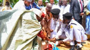 Shugaba Buhari yayin da yake yanka ragonsa a Daura jim kadan bayan sallar idi
