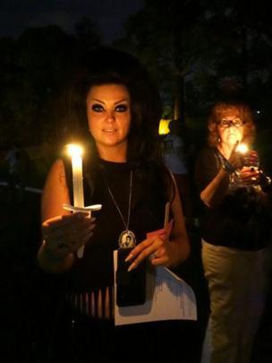 كاسندرا فيشر جاءت من مانشستر في انجلترا وترتدى ملابس أشبه بزوجته بريسيلا بريسلي، وتضئ الشموع إحياء لذكرى ملك الروك آند رول.