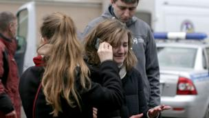 """Женщина, плача, разговаривает по телефону у станции метро """"Технологический институт"""" в Питере"""