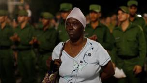 مردان در لباس نظامی در حال خواندن شعر در مراسم میدان انقلاب در هاوانا به یادبود فیدل کاسترو، رهبر فقید کوبا