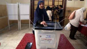 سيدة تصوت في الانتخابات