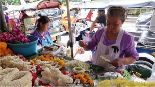 शनिवारी विक्रेते जांभळ्या रंगाचे कपडे परिधान करतात.