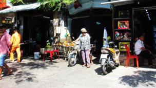 Tiệm ăn lề đường Hàm Nghi.
