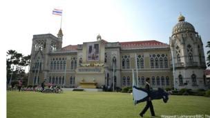 Nhân viên khuân hình của Thủ tướng Thái Lan, Tướng Prayuth Chan-ocha ra ngoài trời.