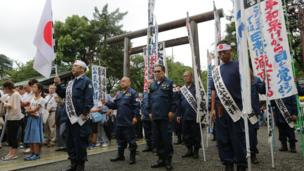 Một nhóm hữu khuynh dự lễ cầu nguyện ở đền thờ Yasukuni hôm 15/8/2017 ở Tokyo, Nhật Bản.