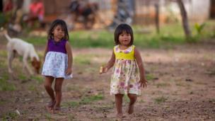طفلتان تلعبان