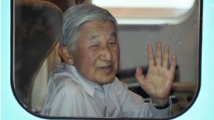 Emperor Akihito waves from a bullet train in Tokyo (25 July 2016)