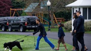 अपना पालतू कुत्ते के साथ ओबामा परिवार