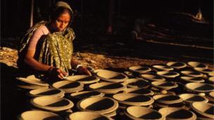 মাটির জিনিসপত্র তৈরিতেও কাজ করেন গ্রামের অনেক নারী।