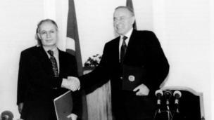 Heydər Əliyev neft müqaviləsini imzalayarkən, 1994-cü il.