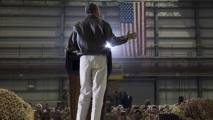 بارک اوباما در حال سخنرانی با نیروهای آمریکایی در پایگاه نظامی بگرام