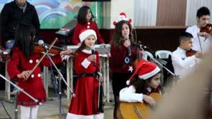 Suriyeli Hristiyan ve Müslüman çocuklar çoğunlukla Kürtlerin yaşadığı Kamışlı'da Noel kutlamaları yapıyorlar