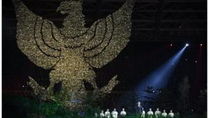 Biểu tượng đại bàng của Indonesia với tên gọi Garuda Pancasila được tái hiện trên sân khấu.
