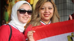 Les supporters et supportrices égyptiens lors de leur arrivée à l'aéroport de Libreville pour la finale opposant l'Égypte au Cameroun