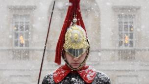 گارد کاخ ملکه بریتانیا زیر برف