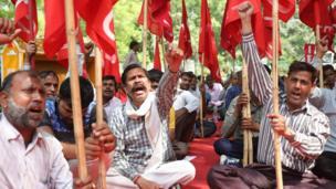 يردد عدد من أعضاء النقابات العمالية بالهند شعارات أثناء اشتراكهم في مسيرة للاحتفال بهذا اليوم.