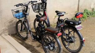 जपान आणि चीनमधून आयात केलेल्या इलेक्ट्रिक सायकल सुरुवातीच्या काळात राजधानीच्या (प्योंगयांग) शहरातच दिसायच्या. पण, आता इतर लहान शहरातही या सायकल दिसतात.