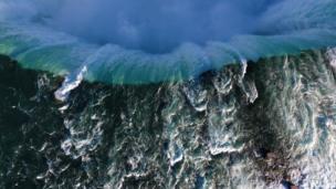 พลังของน้ำตกไนแอการา ในจังหวะที่กำลังไหลลงสู่เบื้องล่าง