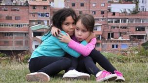 Dos hermanas, Andrea (verde) Aleja (rosa)