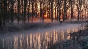 टेम्स नदी के ऊपर से दिखती हुई ठंड से जमी सुबह