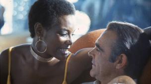 Sean Connery sera reconnu par les fans de 007 pour avoir incarné ce rôle avec charme et virilité.