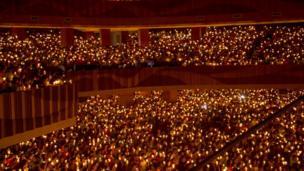 Người Công giáo Indonesia giơ nến trong buổi lễ thánh đêm Giáng sinh tại một sân vận động ở Surabaya, thành phố lớn thứ hai Indonesia hôm 24/12/2017
