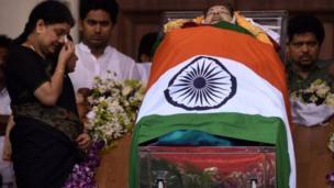 டிசம்பர் 6ம் தேதி ராஜாஜி அரங்கத்தில் வைக்கப்பட்டிருந்த ஜெயலலிதாவின் உடல் வைக்கப்பட்டிருந்தத இடத்தில் சசிகலா