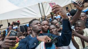 لاعب كرة القدم الغاني سولي مونتاري (وسط الصورة)
