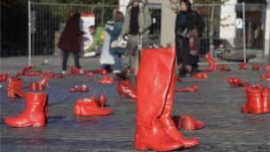 في مدينة بروكسل البلجيكية، وُضعت أحذية حمراء على الأرض كرمز لضحايا عمليات القتل من النساء بمناسبة اليوم العالمي للقضاء على العنف ضد المرأة.