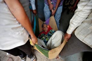 امرأة مسنة محمولة في بطانية