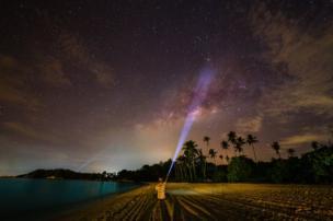 Una linterna apuntando al cielo