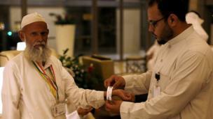 Les Saoudiens ont commencé à équiper les fidèles de bracelets afin de les identifier en cas de malaise ou d'accident.