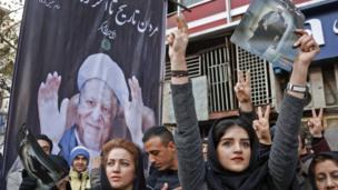 امرأة تحمل صورة رفسنجاني
