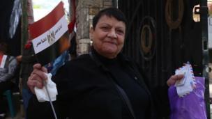 سيدة تدلي بصوتها في الانتخابات المصرية