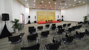 Tầng 2 gồm 2 phòng họp báo nhỏ hơn nằm hai bên cánh của toà nhà.