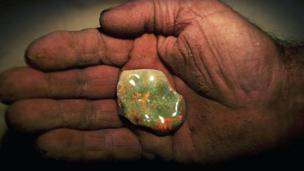 An Australian miner holdz a opal